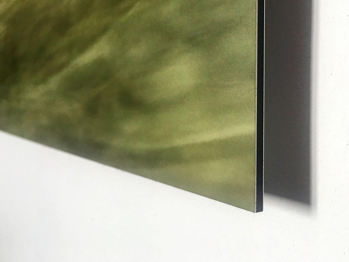Detailaufnahme einer Bildkante. Fotomotiv auf Alu-Dibond. Die Sandwich-Struktur ist gut zu erkennenzwei dünne Aluplatten vorne und hinten mit einer schwarzen Kunststoffschicht dazwischen
