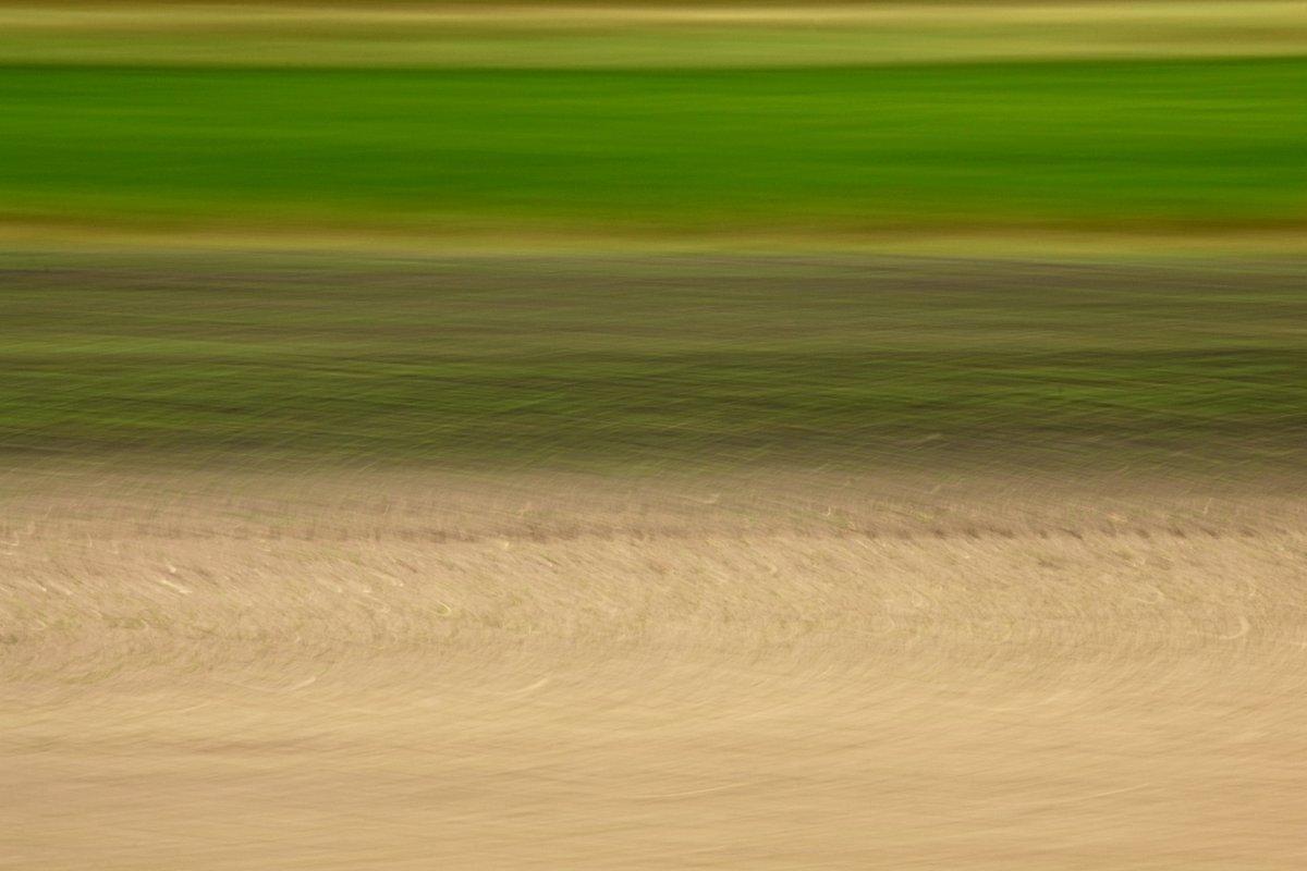 abstrakte Fotokunst, horizontale Farbverläufe in Grün- und Brauntönen, entstanden durch die Fotografie von Feldern im Vorbeifahren
