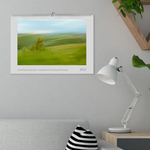 Kalender mit Landschaftsbild an der Wand
